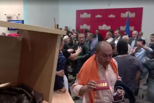 U makedonskom parlamentu napadnuti i novinari