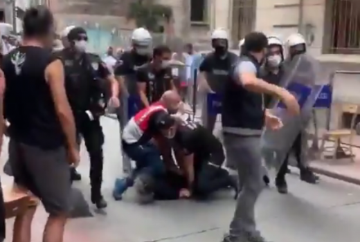 Turska policija napala i privela fotoreportera AFP-a koji je izvještavao o povorci ponosa u Istanbulu